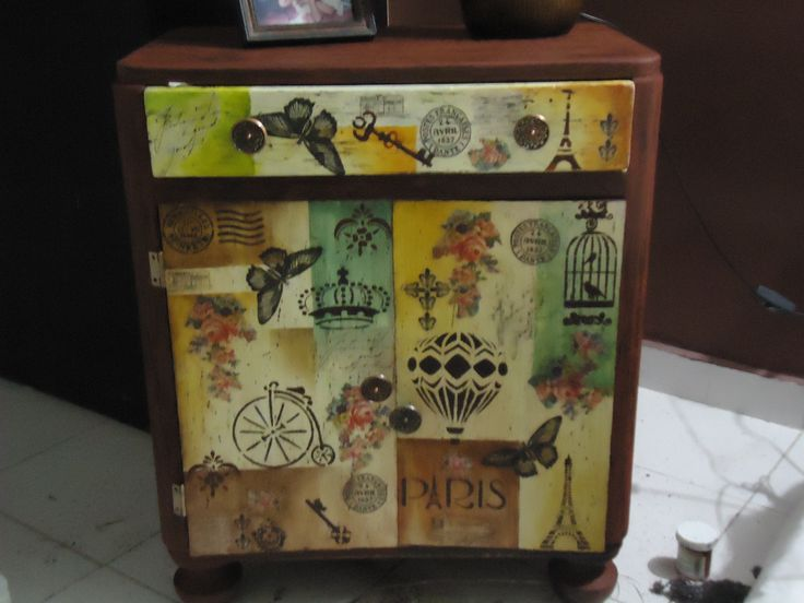 Mesa remodelada en estilo vintage, decapado, servilleta, plantillas, pintura oleo tranlucido, acrilicos y sellos.