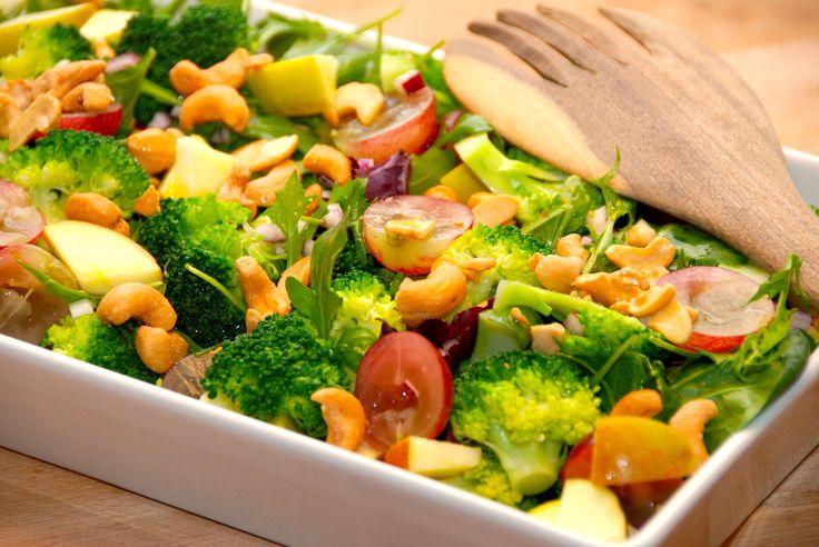 Lad os kalde denne salat for verdens bedste salat, fordi den er super god! Salaten er med broccoli, vindruer og cashewnødder. Verdens bedste salat laver du af (til fire personer): 50 gram grøn salat (eks. en Napolitana