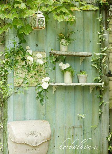 水色の壁の小さな棚