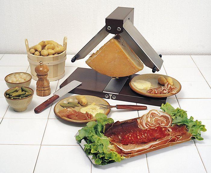 Vous faites souvent une raclette pour vos proches ? Cet appareil à raclette traditionnel Brézière va vous convenir parfaitement !  Appareil à raclette traditionnel 1/4 de meule Brézière Bron Coucke.  http://www.raviday-fromage.com/appareil-a-raclette-1-4-de-meule-breziere-bron-coucke/ #raclette #fromage #cuisine #brézière #BronCoucke