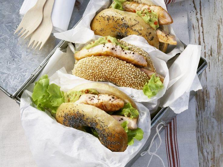Dieses Rezept ist perfekt für unterwegs: Bagel mit Lachs und Avocadocreme | http://eatsmarter.de/rezepte/bagel-mit-lachs-und-avocadocreme