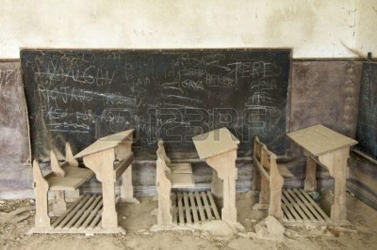 scrivanie abbandonate in una vecchia scuola Archivio Fotografico - 5930850