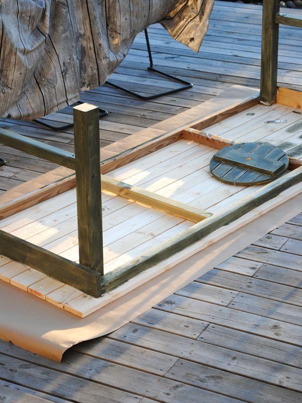 I påskas byggde min lillasyster och jag ett rejält bord att ha på trädäcket. Kanske vill du också bygga ett bord? Häng med så ska jag förklara hur vi gjorde. Halva grejen med att snickra och bygga...