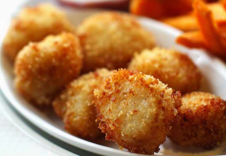 These fried scallops are coated with seasoned flour and bread crumbs and deep fried to perfection. Serve with the quick tartar sauce or cocktail sauce.