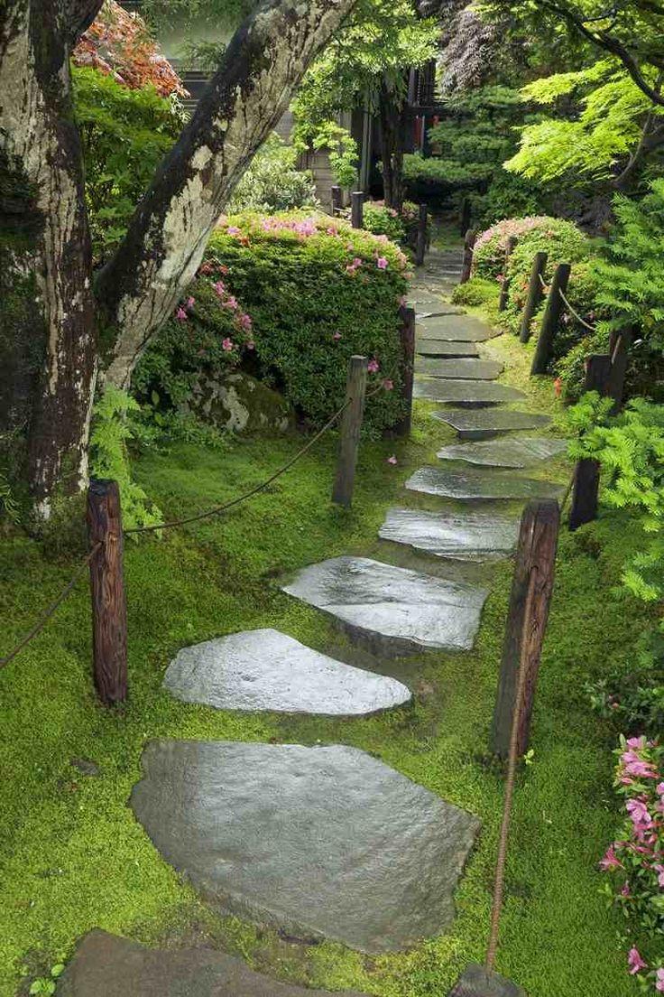 allées de jardin en dalles de pierre, mousse, plantes couvre-sol et arbres