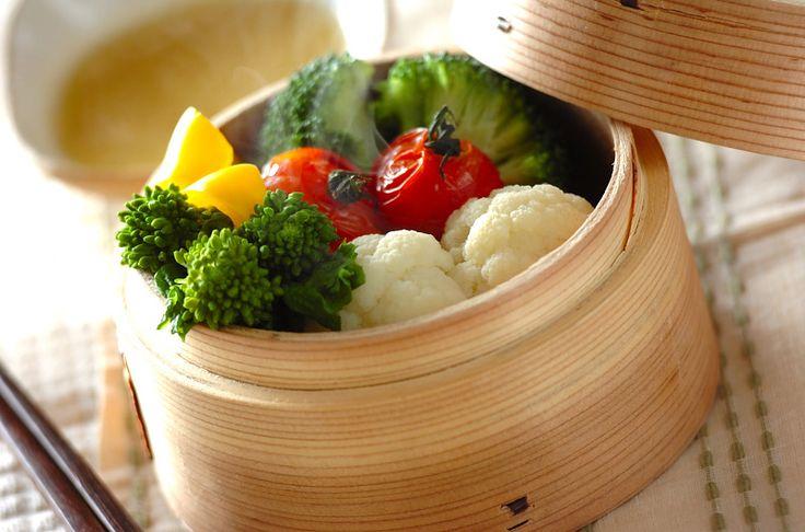 ビタミンC、Aがたっぷり含まれている野菜を蒸し、栄養を無駄なく摂りましょう。蒸し野菜チーズソース[洋食/蒸しもの]2011.02.21公開のレシピです。