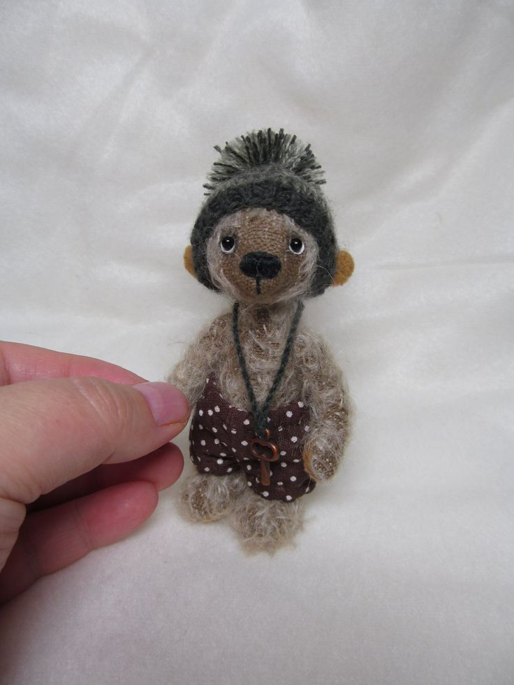 """,,Vilém"""" Mohérový medvídek, celokloubový,plněný dutým vláknem.Sleněné očička a měří necelých 11 cm. Medvídek není hračka,pouze dekorace. Nesmí se prát ,ani namáčet!"""