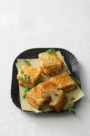 Crostini fritti alla romana Un antipasto a base di pane fritto farcito con mozzarella e acciughe