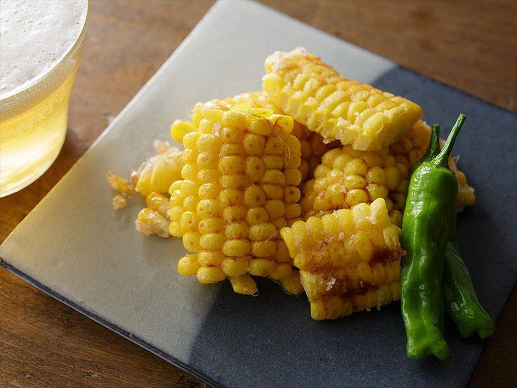 食べやすい小さめサイズの「揚げとうもろこし」の作り方。小麦粉をまぶしてフライパンで揚げるだけ。さっと塗ったしょうゆの香ばしさがビールのつまみにも、おやつにもぴったりです!