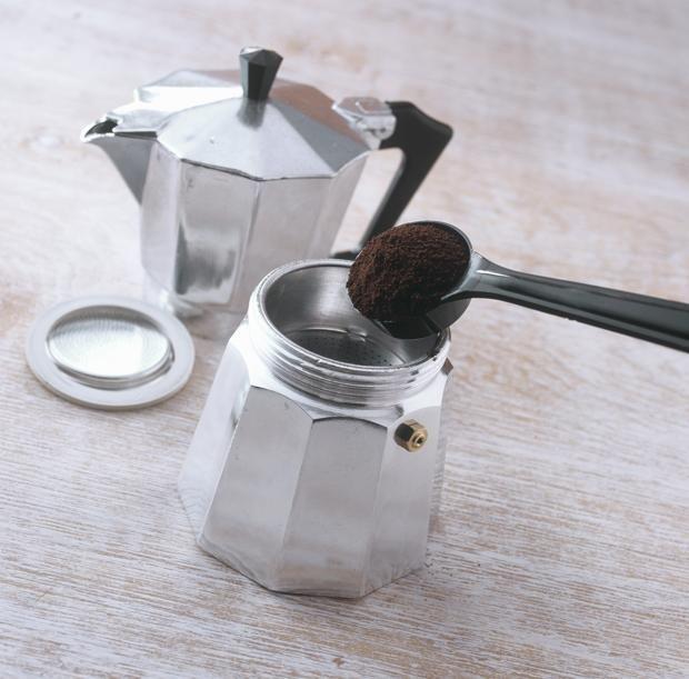 3) Terzo fattore: la moka sporca. Certo, è risaputo che non la si debba lavare con il detersivo, ma ciò non significa che non la si debba pulire. Dopo ogni caffè dovete risciacquarla con acqua calda e farla asciugare perfettamente prima di avvitarla. Dopo all'incirca trenta caffè la pulizia deve essere più accurata: la caffettiera va smontata. E ogni tanto è bene mettere la moka sul fuoco con un po' di acqua e bicarbonato.