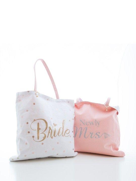 """Borsa double face bride.Originale borsa, capiente ede elegante, ideale per la sposa durante i preparativi del matrimonio, per il giorno dell'evento o per il viaggio di nozze. La borsa è da un lato bianca con pois dorati e scritta """"bride"""", dall'altro è rosa con scritta argentata """"newly mrs"""". Misure: 43 l x 53 h."""