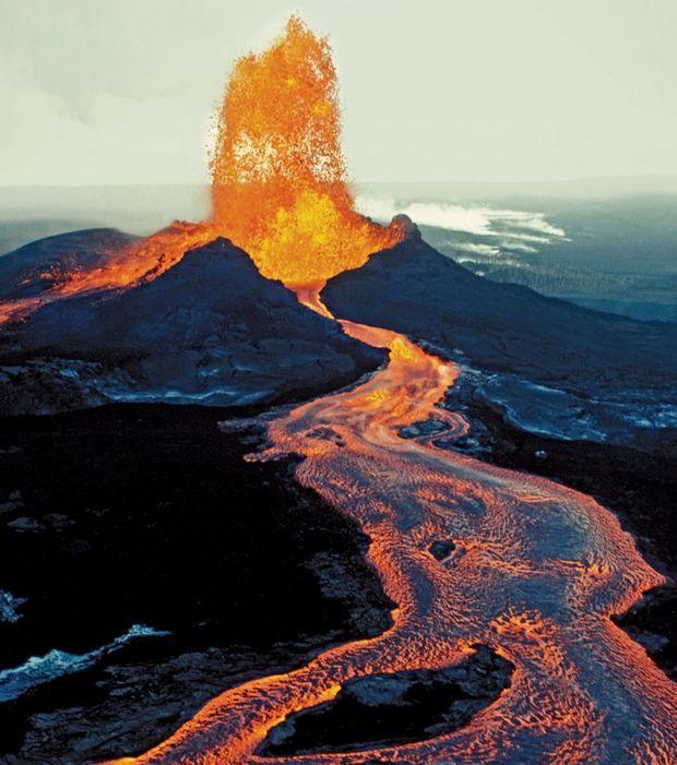 Kilauea (Hawaï, USA) : le Kilauea est l'un des volcans les plus actifs du monde et est en éruption continu depuis 1983. Ses coulées de lave menacent régulièrement les villages alentours.