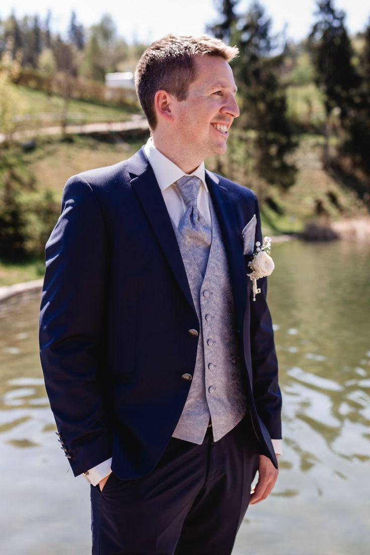 Beiger Brautigamanzug Mit 7 8 Hose Und Sneakers Im Boho Stil Hochzeit Brautigam Anzuge Anzug Hochzeit Hochzeit Brautigam