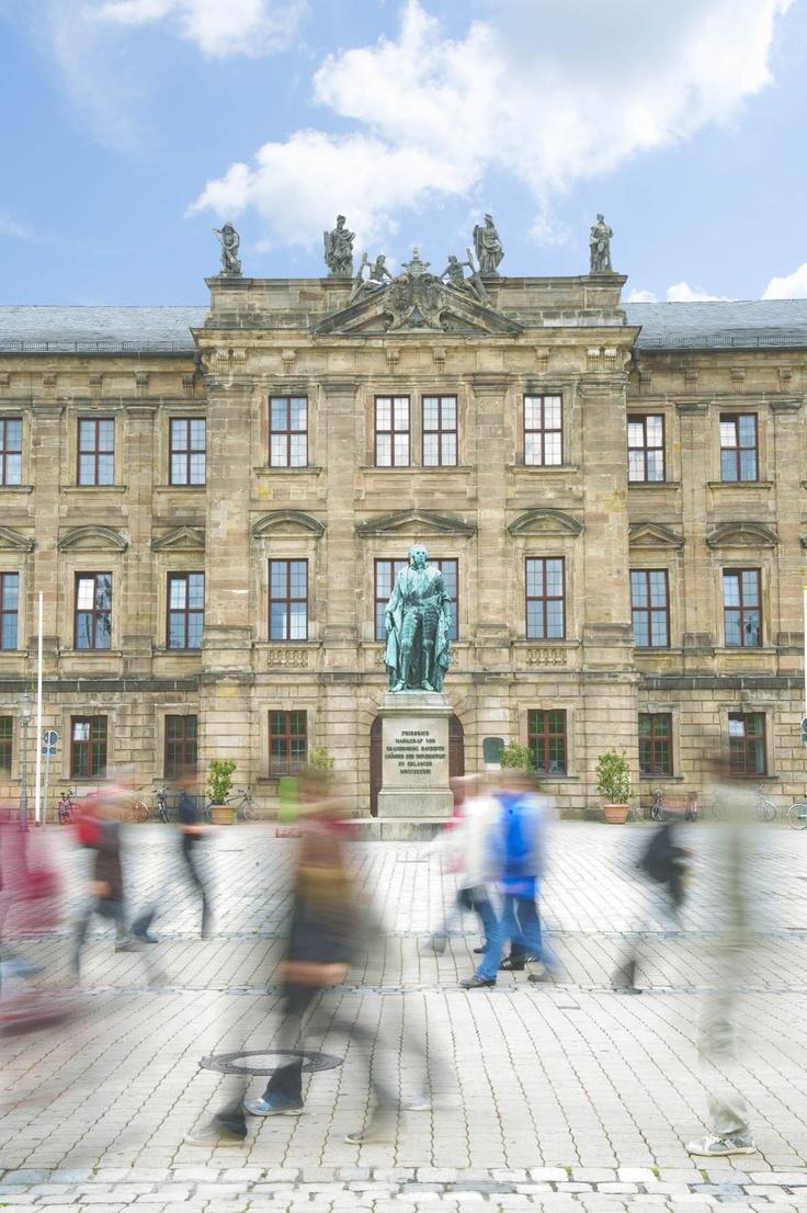 Schlossplatz mit Universitätsverwaltung der FAU Erlangen-Nürnberg. Bild: Uwe Mühlhäusser