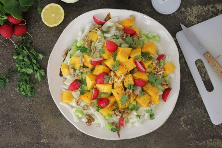 Abbiamo creato questa insalata unendo finocchi, sedano, mango e noci. Il sapore è davvero sorprendente ed è anche super healthy!