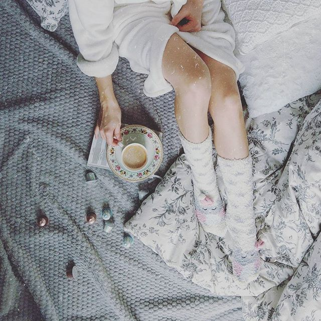 Powoli. W swoim rytmie. Po swojemu. Dzień dobry! Niech to będzie cudna sobota pełna komforciku  . . . #flatlays #legs #onthebed #owl #coffee #coffeeshots #coffeelover #grey #cozy #cozylife #lifestyle #polishgirl #blogger #flatlayforever #flatlaypoland #flatlay #bedroom #bedding #interior4all #hygge #tv_living