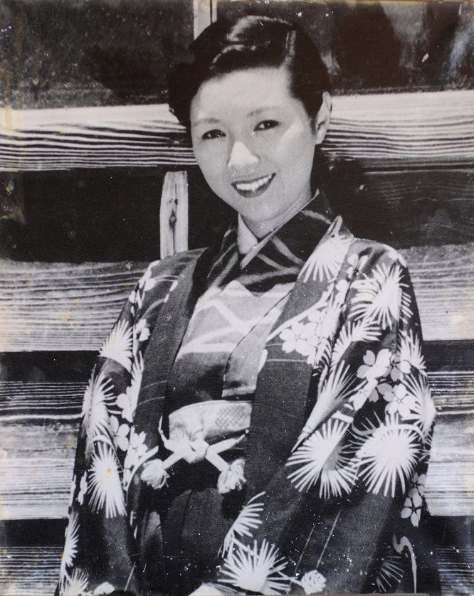 Takamine Hideko 高峰秀子 (1924-2010) on the set of Nijuushi no hitomi 二十四の瞳 (Twenty-Four Eyes), at Cape Bunkyojo 分教場, Azushima 小豆島 (Azu Island), Japan - Director : Kinoshita Keisuke 木下恵介 (1912-1998) - 1954