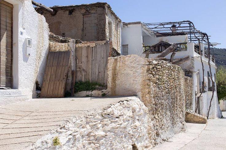 Zo komen we Bubion binnen. De Europese kanarie zingt en we horen en zien af en toe bijeneters. #willemlaros.nl #flickr #photography #travelphotography #traveller #canon #snpnatuurreizen #canon_photos #fotoreis #travelblog #reizen #reisjournalist #travelwriter#fotoworkshop #reisfotografie #landschapsfotografie #follow #alpujarras #capileira #granada #spanje #fb