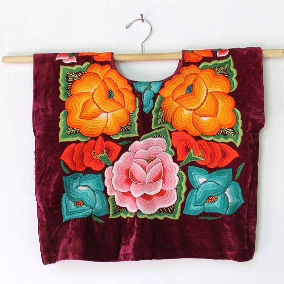 Hermoso huipil con flores bordadas a mano con hilo de algodón sobre terciopelo. Tehuantepec, Oaxaca. Frida Kahlo Style de shkaalacoleccion en Etsy
