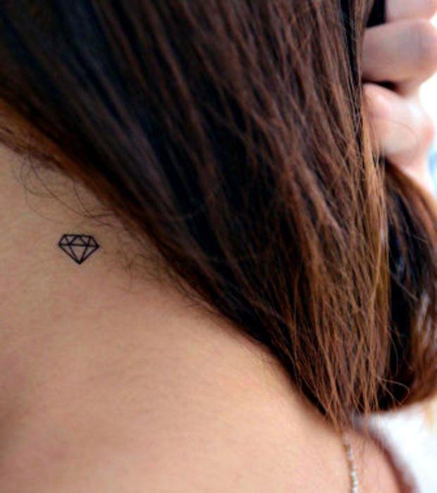 Les 41 meilleures images propos de tatoo femmes sur pinterest tatouages d 39 appareils photo - Tatouage diamant poignet ...