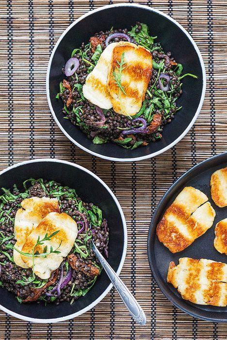 Čočkový salát je výborný sám o sobě, ale když ho ještě doplníte kouskem grilovaného sýru, na maso už si nikdo nevzpomene!; Tomáš Rubín