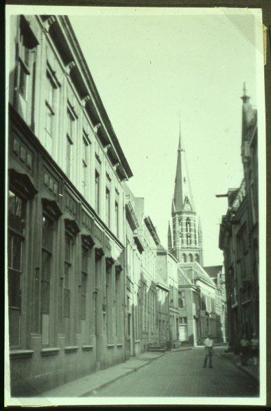 Zwolle. Een foto vermoedelijk uit de vroege jaren '60 waarop de (oude) St. Michaelskerk nog staat. Deze werd in de jaren '60 gesloopt en er kwam een nieuwe kerk aan de Middelweg. De kerk is inmiddels uitgewijd en doet dienst voor kunstenaars. Deze foto is genomen vanuit de Nieuwstraat welke intussen behoorlijk is verandert.