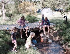 Camping Tonny, visjes vangen in de beek en s'avonds een vuurtje stoken.