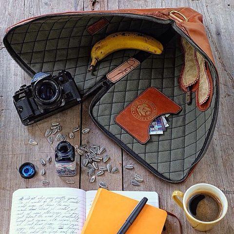 Фотограф @picturingjuj носит с собой пленочный Canon, блокноты для записей, #lamy2000 и жить не может без здоровых перекусов. А без чего не выходите из дома вы?
