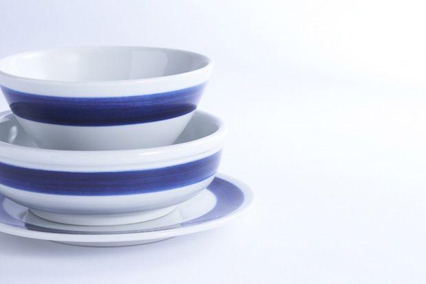 ほんの少し青みがかった白と、深い青のコントラストが美しい〈白青(Shiro Ao)〉の器。この春東京でも発売開始となる、新しい砥部焼のブランドです。約230年続く砥部焼の技術や文化に敬意を表しつつ、砥部焼の新たな表現や技術へのチャレンジに挑む〈白青〉をひと足先に体験してきました。…