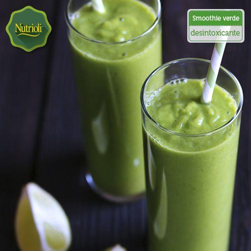 ¡Desintoxícate con este nutritivo smoothie verde!  La mezcla de estos ingredientes ayuda a eliminar toxinas, depurar tu organismo y reducir la inflamación. Sólo licúa 1 manzana cortada en cubitos, 2 kiwis pelados y picados, el jugo de 1 limón, 1 puñado de espinacas, 1 tallo de apio, 1 cucharadita de miel, hielo y ¡listo!  ¡Chop, chop, chop!