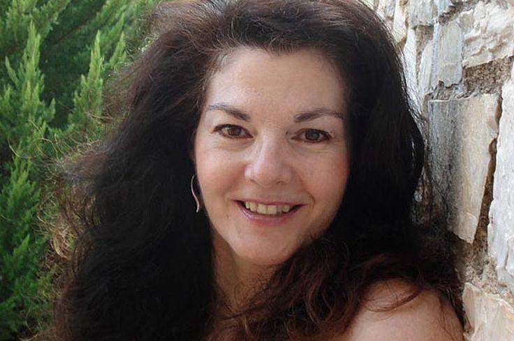 Έλση Τσουκαράκη, συγγραφέας, μιλάει στην Μαίρη Ζαχαράκη