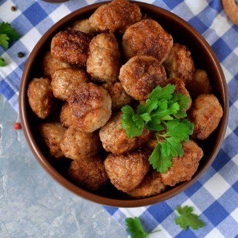 Klassiska köttbullar i ugn eller långpannan är enkelt och går snabbt att göra. Här är ett bra recept för stora mängder till jul eller påsk.