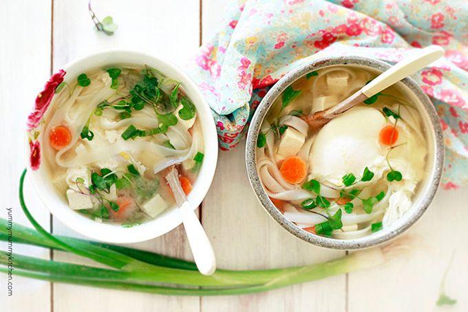 Het recept misosoep is een gezonde en stevige soep voor koude nachten en bevat miso pasta, wortelen, rijstnoedels, tofu, eieren en uien.