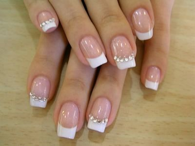 Unhas de gel francesinha decorada com cristais