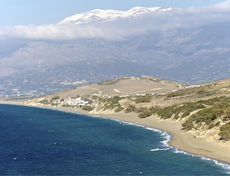 άποψη του κόλπου της Μεσσαρας. Λήψη πάνω από την παραλία του κομμού.. ο  οικισμος που φαίνετε είναι το Καλαμάκι, στο βάθος ο χιονισμένος ψηλορείτης.