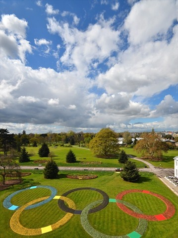 Olympic Rings made from 20,000 plants at Kew Gardens...and visible from the Heathrow flight path!