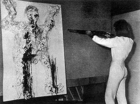 """niki de st phalle - (artiste connu pour ses """"nana"""". Durant son enfance elle subit des attouchement par son père. elle exprime cette colère en tirant sur des ballons de peinture parmi des objets hétéroclites) - """"tir à la carabine"""""""