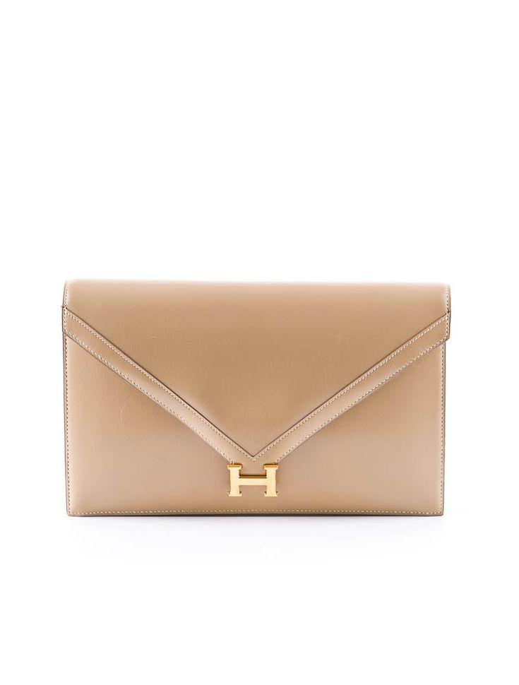Hermes clutch linda e combina com qualquer look pelo o fato de ser uma cor meio que classica e é tendencia deste inverno .