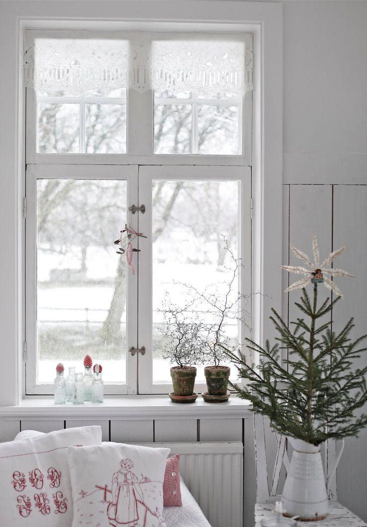 Nu är det snart klart i gästrummet för julgästerna! Har fortfarande ingen järnsäng, den jag köpte hamnade i orangeriet! Så jag letar vidare...