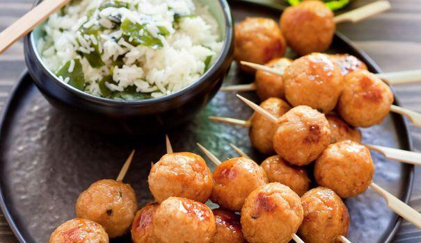 Recette de brochettes de boulettes de poulet yakitori à la japonaise - L'Express