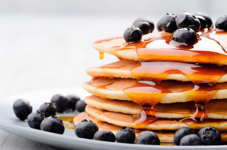 Per iniziare la giornata con la giusta carica colazione con pancakes fatti in casa con albume e farina integrale di avena farcito con mirtilli e miele caldo. #pancakes #colazione #breakfast #mirtillo #miele #salute #health #blueberry