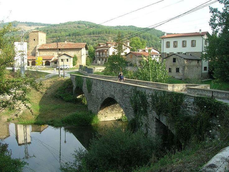 Vista del puente y entrada a Larrasoaña, Navarra, Camino de Santiago