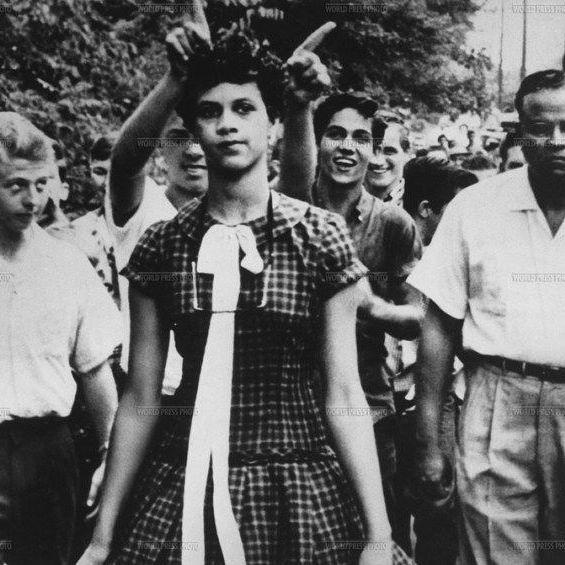 4 de semptiembre de 1957, Douglas Martin.  Dorothy Counts, primera estudiante afroamericana en el instituto Harry Harding High School (Charlotte, Carolina del Norte). Después de cuatro días de clase y tras los abusos, las burlas, la soledad y los cubos de basura que le habían arrojado, Dorothy y su familia desistieron.  Este fue el primer paso para que, tan solo un año después, miles de estudiantes negr@s de todo el Estado se matricularan en institutos para blancos.  #RetoVisual0911 #PE0911…