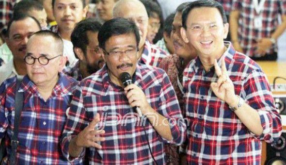 Haha Ruhut Sitompul Salah Masuk Kerumunan Massa GNPF-MUI  Nusantarasatu.net - Sidang kelima kasus penistaan agama dengan tersangka Ahok digelar hari ini di Auditorium Kementerian Pertanian Ragunan Jakarta Selatan. Massa pendukung Ahok dan pendukung GNPF-MUI pun sudah berkumpul di luar lokasi sidang. Namun sempat ada kejadian lucu saat pendukung Ahok salah masuk kerumunan. Ia adalah Ruhut Situmpol. Politikus Partai Demokrat ini malah masuk ke kerumunan massa GNPF. Alhasil ia tampak…