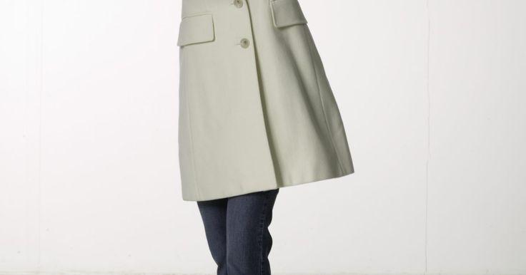 """Cómo limpiar un abrigo de invierno de lana. Ya sea que tengas un nuevo abrigo de lana o uno antiguo favorito, limpiar tu abrigo usualmente significa un viaje costoso a la tintorería. La etiqueta en el abrigo puede decir: """"lavado en seco"""". Sin embargo, es posible lavarlo a mano utilizando detergente suave y para lana. Mientras no seas demasiado brusco durante el proceso de lavado, mantengas ..."""