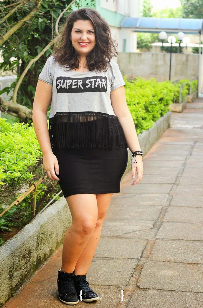 Look Curvy - Plus Size - Cropped Top com franjas e minissaia  com tênis - cropped top and mini skirt and sneakers