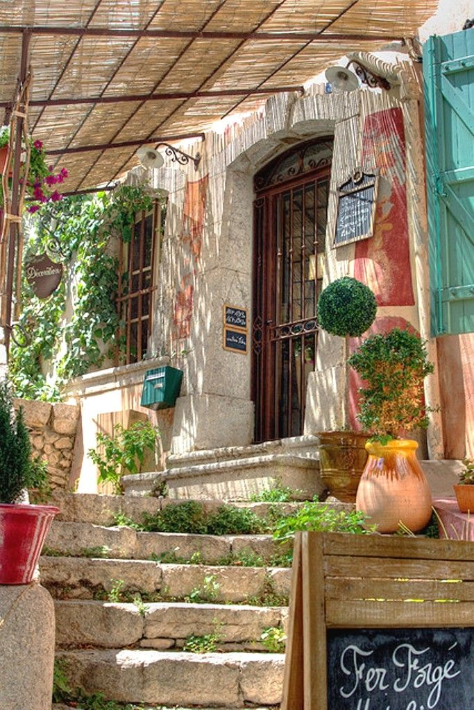 Cadière d'Azur \\ The city of La Cadière-d'Azur is a french city located south east of France.