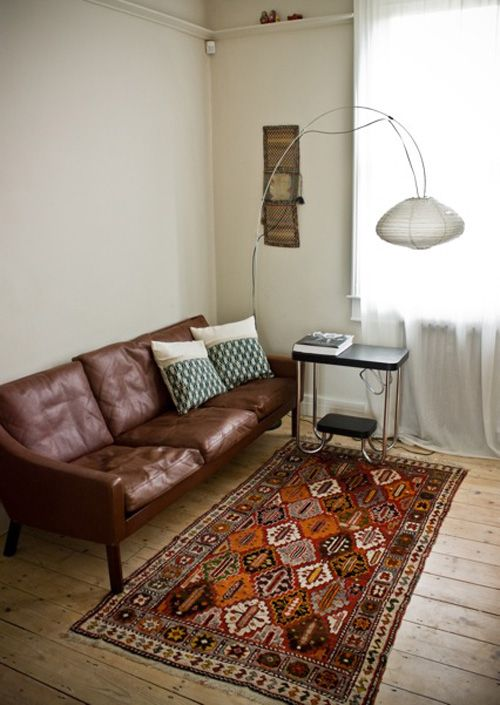 living roomVintage Living Rooms, Leather Sofas, Livingroom, Living Room Rugs, Vintage Room, Comfy Couch, Vintage Leather, Kilim Rugs, Leather Couches