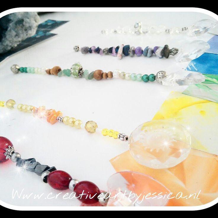 Raamhangers met kristal en edelsteentjes gemaakt. Hang deze raamhangers voor het raam en als de zon door het kristal schijnt,  verschijnen er mooie regenboogkleuren in je huis. Heel vrolijk en kleurrijk. Www.creativeartbyjessica.nl