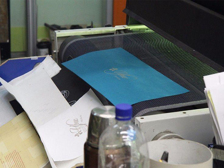 Дорогие друзья, в нашей компании используются самые различные виды производства и лучшие полиграфические технологии! Одной из таких технологий является шелкография (трафаретная печать) - это один из видов печати, при котором краска наносится на основу трафаретным способом с помощью специальной матрицы из нейлоновой (или из полиамидного волокна) сетки с мелкими ячейками. Такой метод печати позволяет с максимальной точностью и яркостью воспроизводить изображение. Шелкография обладает…